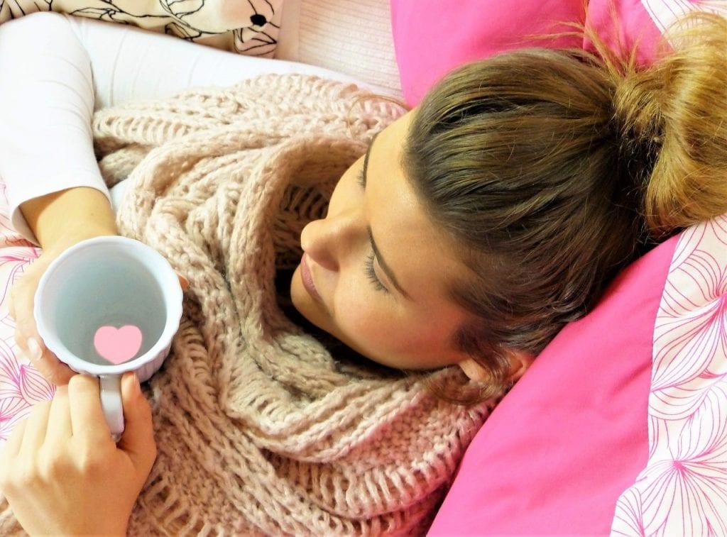 Moeder borstvoeding in bed